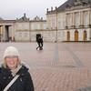 Silje koser seg i regnet på plassen midt mellom bygningene i Amalienborg. I en av disse fire byggene holder Dronningen til store deler av året, mens i en annen holder kronprinsparet til. I en tredje er det et museum, og det fjerde er vi ikke helt sikre på :)  Alle palassene er oppkalt etter enten en Christian eller en Frederick.