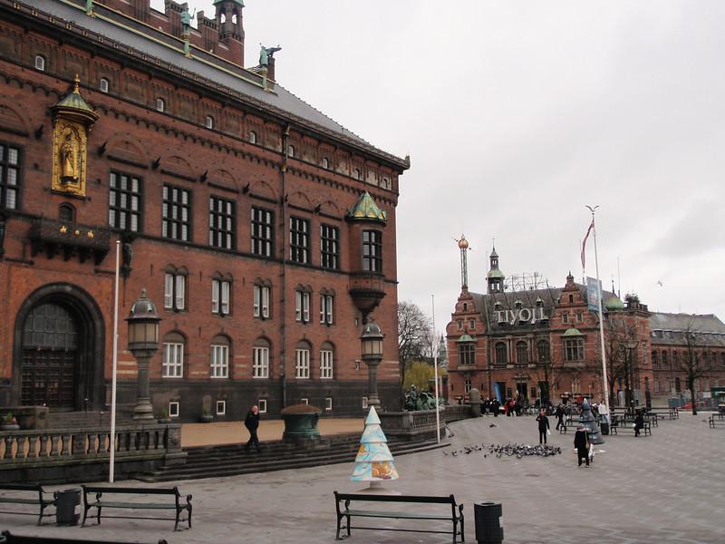 """Rådhuset i København, med sine duer og byens karakteristiske """"juletrær"""", rett ved siden av Tivoli."""