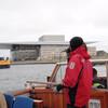Her blir vi orientert om København Operahus (2005), som kan skimtes noe uklart i bakgrunnen.