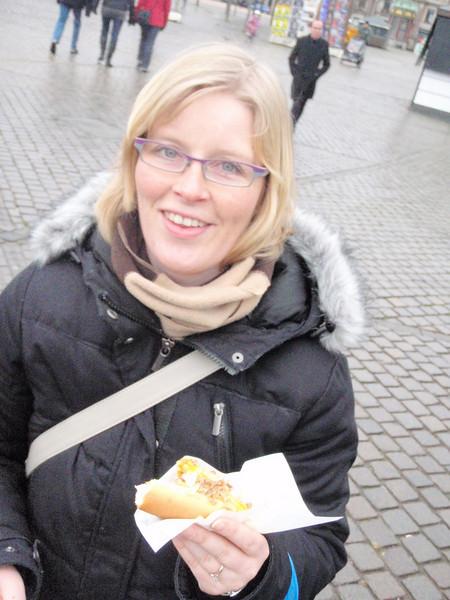 Silje og en av hennes livretter: Pølse i brød. Dette var den første danske hun prøvde på turen, og hadde dessverre litt for mye tilbehør på.