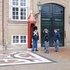 I løpet av vår lille søndagstur tok vi turen innom Amalienborg, der de festlige vaktene stadig spaserer frem og tilbake (og snakker med vedlikeholdsarbeidere).