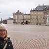 Silje ved Amalienborg, de kongeliges residens. Merkelig nok fungerte plassen med statuen som en stor rundkjøring der det var fritt fram for alle å kjøre.