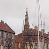 Tårnet på Vor Frelsers Kirke i København. Tårnet har en trapp på utsiden.