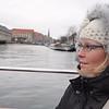 Silje er godt påkledt for båttur. Ja, de hadde plasser under tak også, men vi satt ute for å få med oss mest mulig.