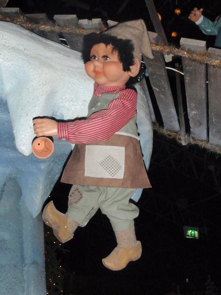 Her har vi en liten gnom som henger fra en hengebru. I Tivoli, selvsagt.