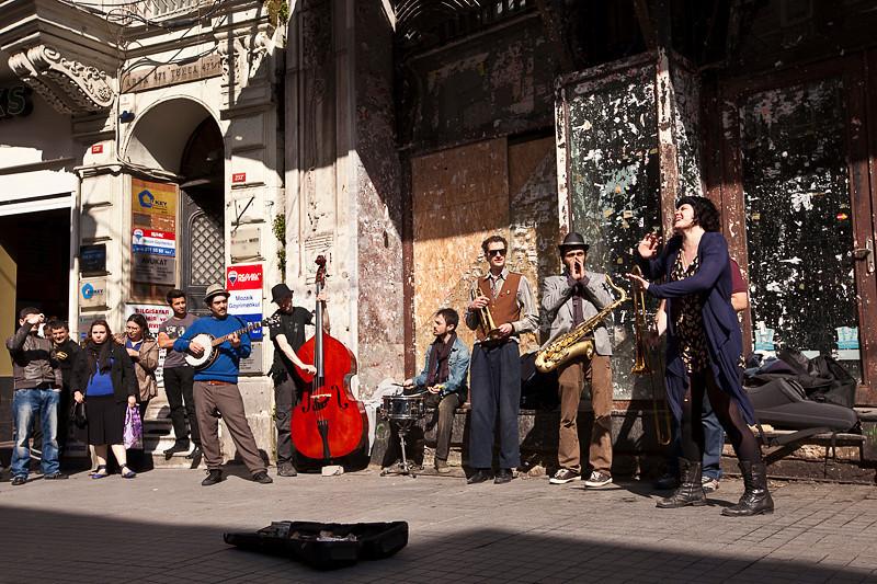 Street performers on Istiklal Caddesi