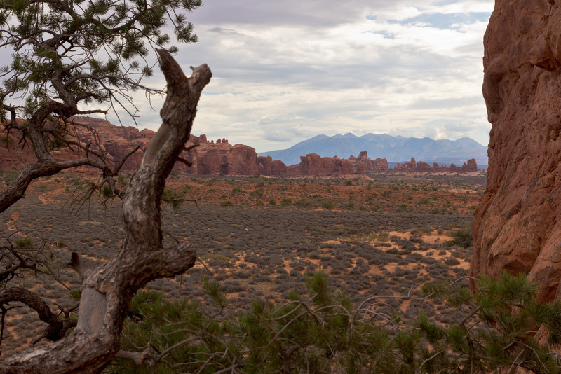 Welcome back to Utah, after a 2 year gap since the previous visit. First, a visit back to Arches National Park, starting off with a drab morning. Double Arch and North Window here against the La Sal Mountains in the background.