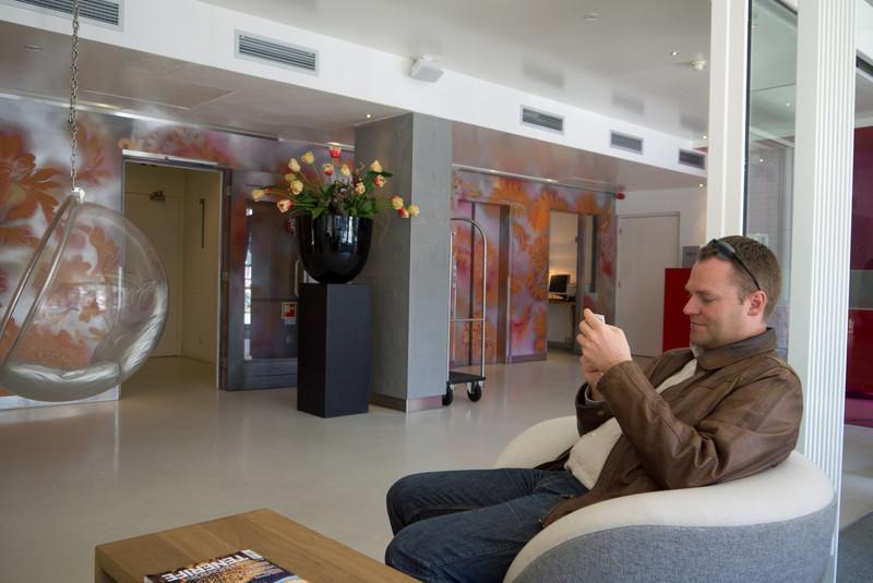 Tor André venter i lobbyen på hotellet.