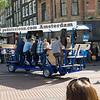 Øl-sykkel som tilfeldigvis (?) er lastet opp med nordmenn.