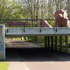 En bro i Rembrandtpark som er voktet av store hunder...