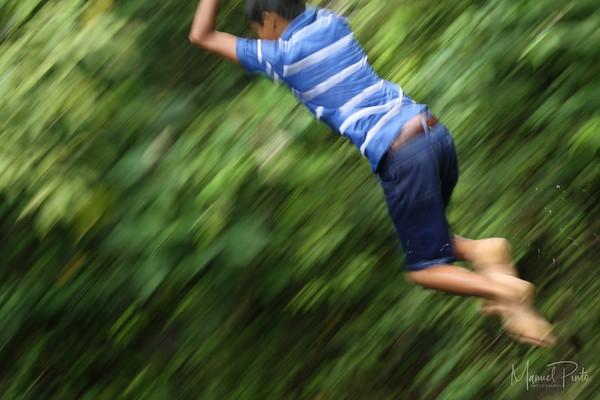 Ninos saltando al rio