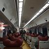 883系車廂內部,特色:木頭地板、米老鼠頭枕、不鏽鋼封閉式行李架