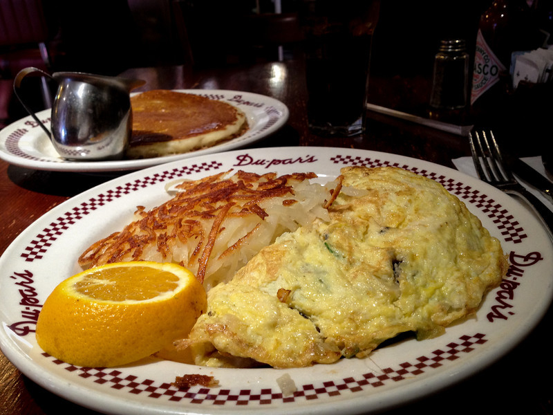 Du-par's breakfast with an omlet and pancakes