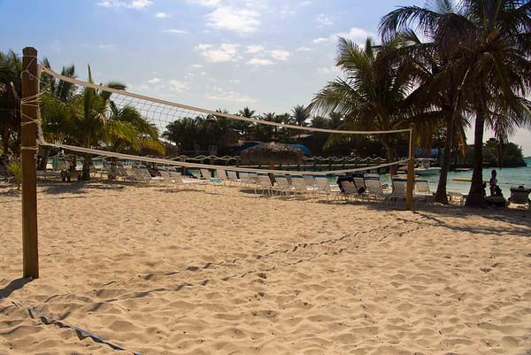 можно играть в волейбол! не хватило времени у нас да и людей было мало.  You can even play sand volleyball, but unfortunately, we had neither time nor people for it.