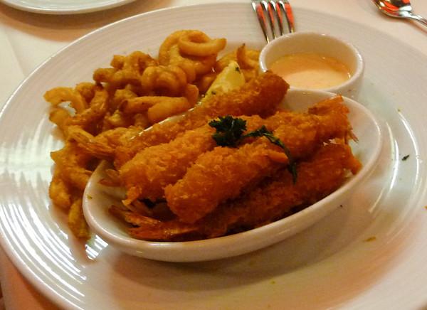 криветки и еще какие то морские штучки вместе с картошкой. сразу с виду и не разберешь что есть что, надо попробывать.  Shrimp with house fries - familiar and delightful!