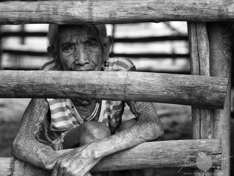 One of the tattooed elderlies in Buscalan by the fence