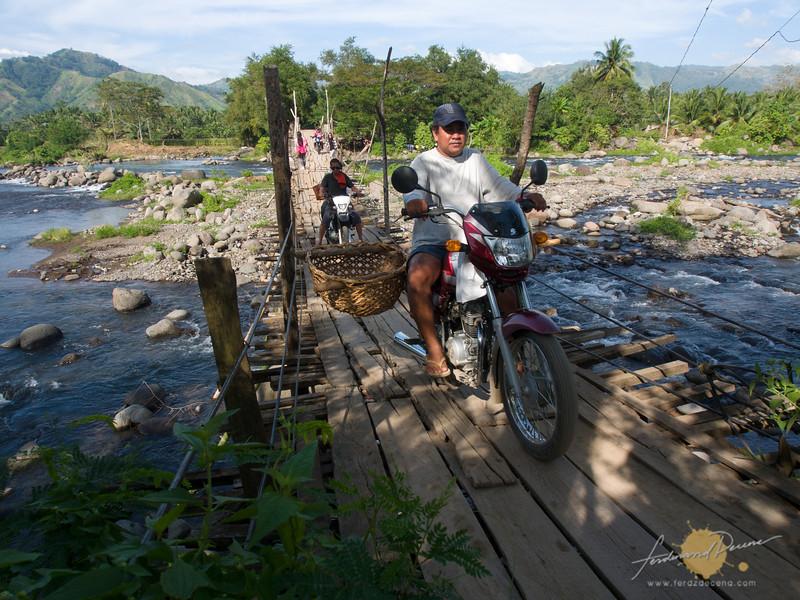 Improvised bridge over Raradangan River