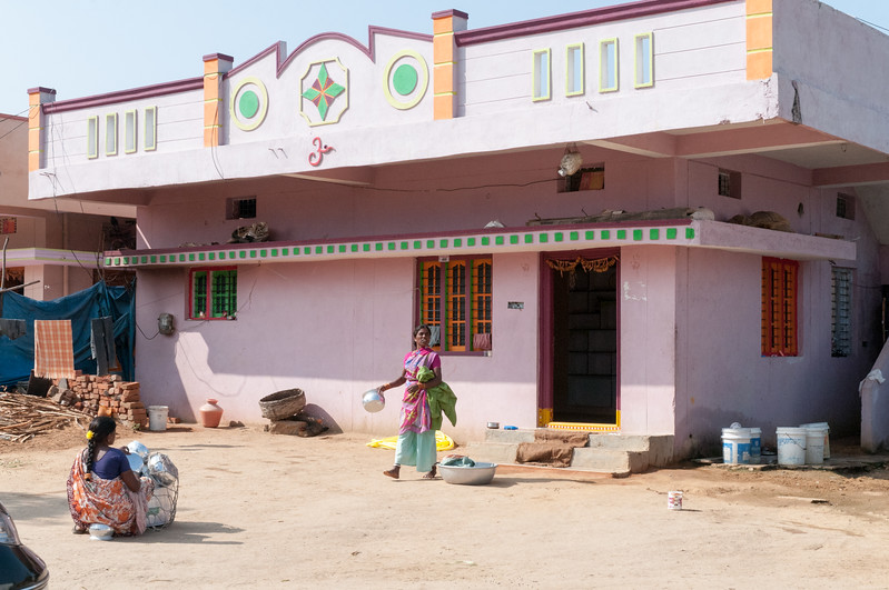 A door-to-door pot saleswoman packs up to move on to the next house. Village of Rajballaram, near Hyderabad.
