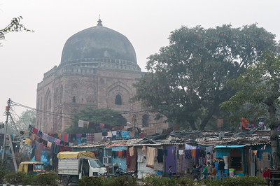 Stark contrast between ancient palace and modern slums. (New Delhi)