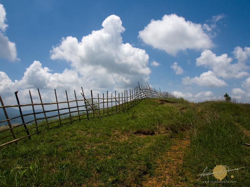 A fenced ridge on the trail to Mapatag Plateau