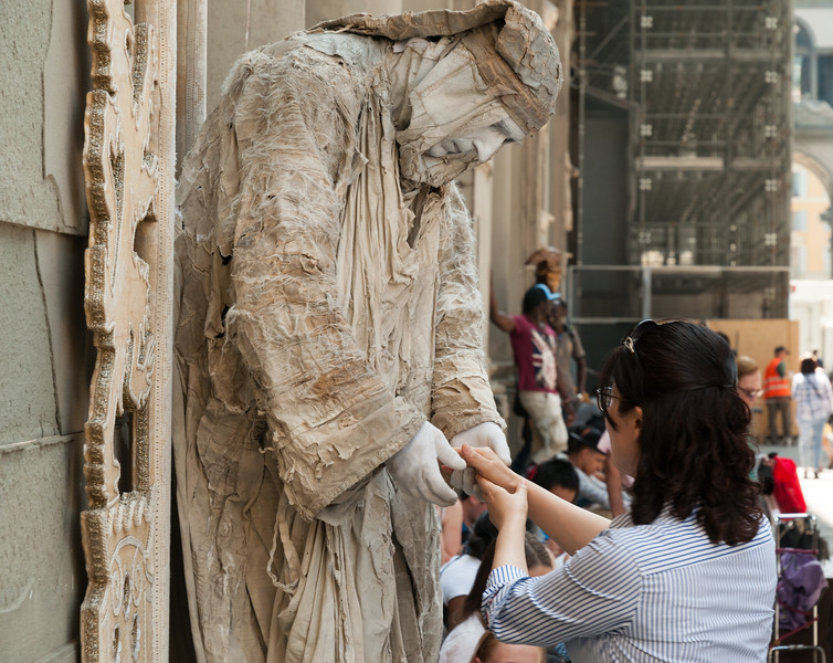 A street performer interacts with the crowd in Florence.