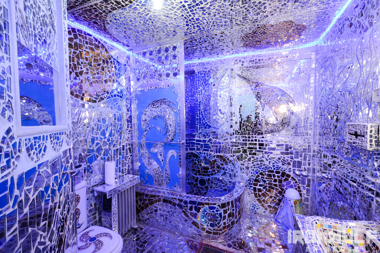 Lavish restroom at the Mirror House