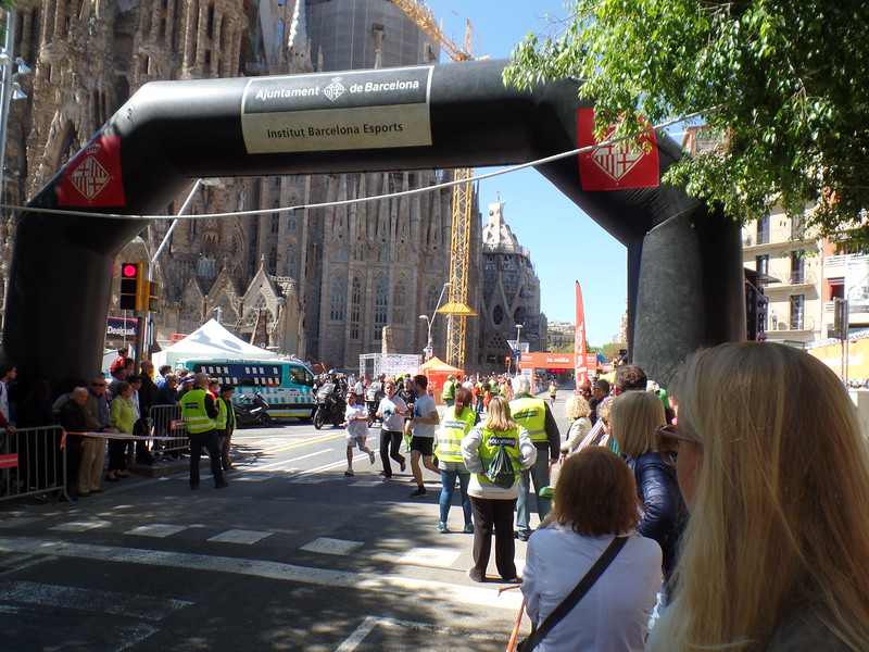 Marathon (?) check point at corner of Temple Sagrada Familia