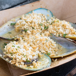 New Zealand: Steamed Green Lip Mussels