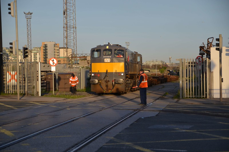 088 hauls the empty flat wagons across Alexandra Road bound for the Common User Terminal to be loaded for the 0930 IWT to Ballina. Mon 10.04.17