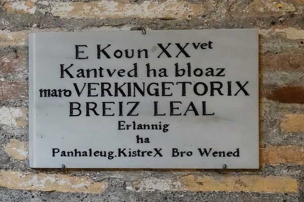 A relatively recent addition to the plaques in the Mamertine is one in Gaelic in honor of Vercingetorix, the Gaelic general defeated by Julius Caesar defeated in 46 BC.