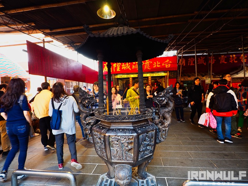 At the small but heavily crowded Xiahai Temple