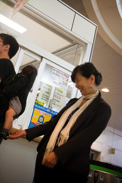 帯広駅にて 。思わず手が出る - Hokkaido, July 2010