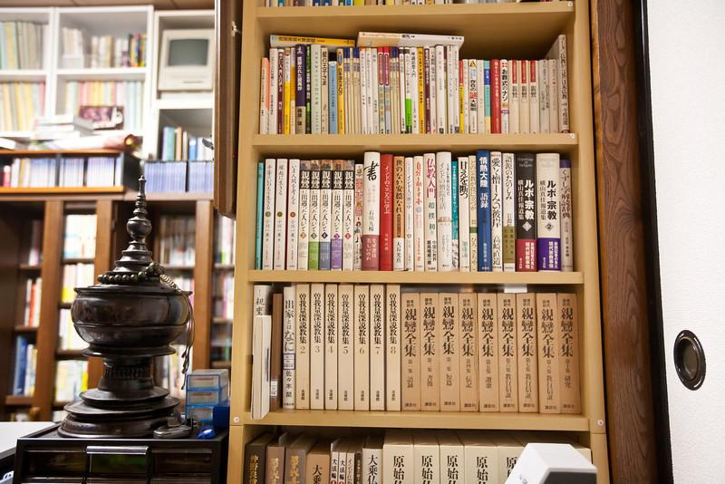 コンちゃんズ・ワンダールーム。本がたくさんある - Shorakuji, Hokkaido, July 2010