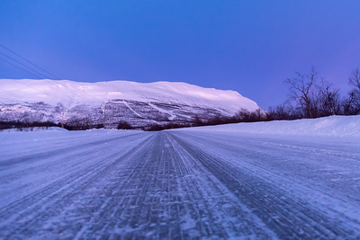 Njullá, the mountain that looms above Abisko STF, seen from the road, before sunrise.
