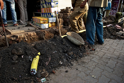 Replacing an electrical cable, Dharavi.