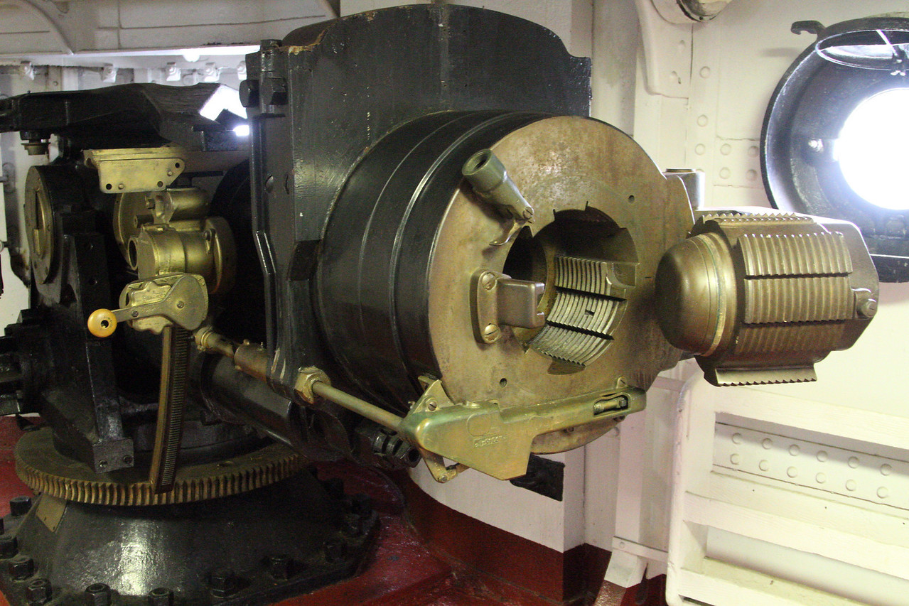 Breech-loading of large Olympia side gun