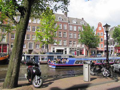 42-Houseboat Museum (center background) and tour boat on Prinsengracht