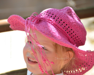 girl in pink hat zoo 0512 8009