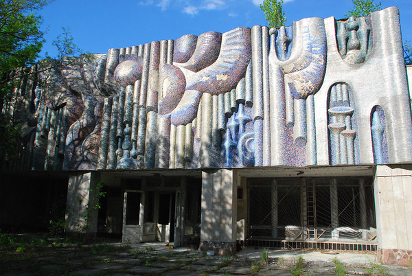 Like the Cinema,the Music School used sculpture-like coverings outside