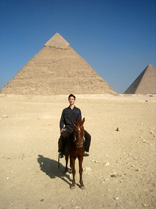 Tobias in front of the Pyramid of Khafre (centre) and the Pyramid of Khufu (aka Cheops, right).
