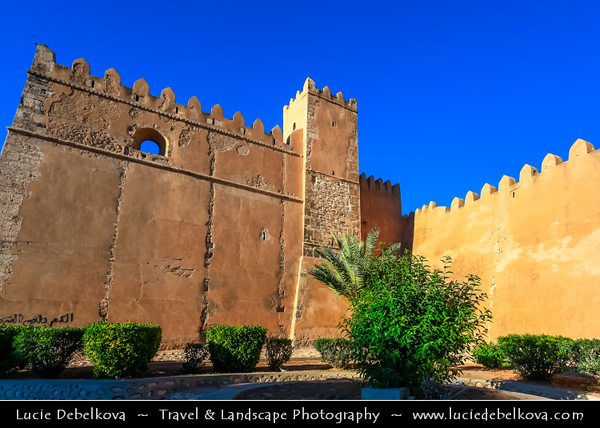Northern Africa - Tunisia - Sfax - صفاقس‎ - Ṣafāqis - Historical Medina - Old Town surrounded by ancient crenulated walls along Avenue Ali Belhouane and Bab Diwan gate