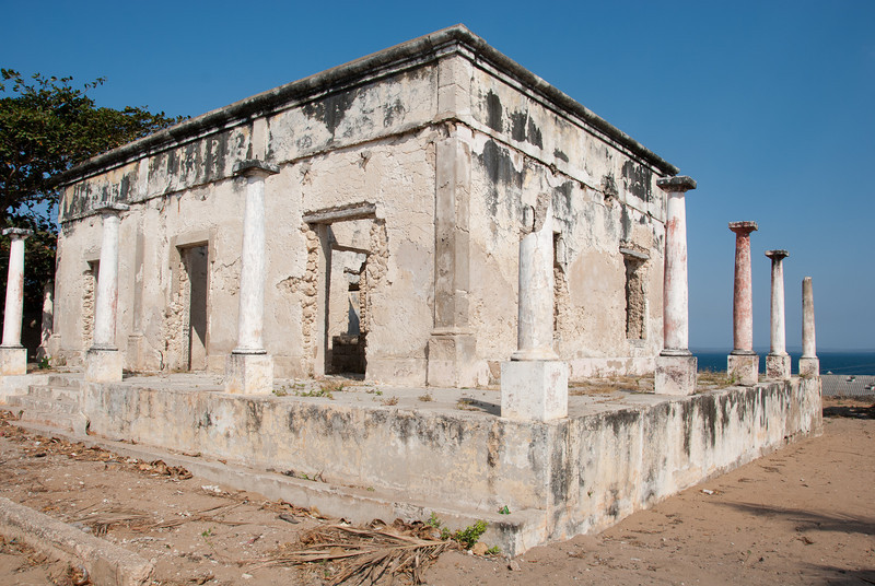 "<span id=""title"">Old House</span> Now this was cool to explore. It was probably an impressive house in its day, back when it was probably built by the Portuguese. It looks like it was probably burned many years ago, maybe even in the late 70s after their independence."