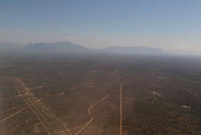 09 septembre 2012- Arrivée sur l'aéroportde Hoedspruit .  Au loin la chaine du Drakensberg