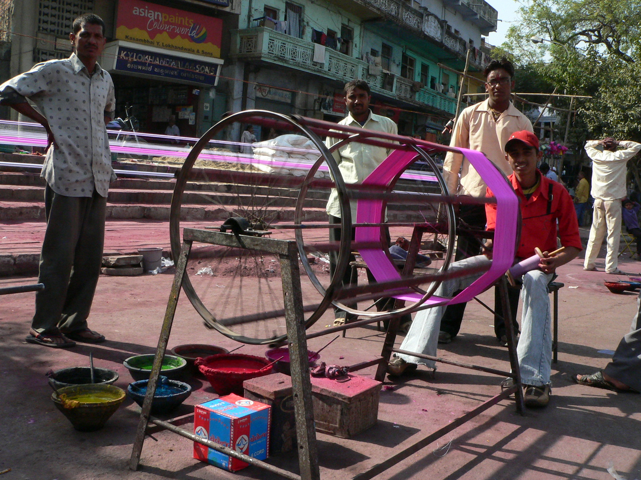 There were several groups of people dyeing the manja thread outside the Dilli (Delhi) Darwaza area in Ahmedabad.