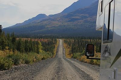Denali Highway, een 217 km lange gravelweg (Route 8), Alaska.