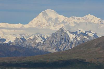 """Mount McKinley, Alaska. Lokaal wordt de berg ook wel Denali genoemd, d.w.z """"de Hoge"""" in de taal van de Athabasken, de oorspronkelijke bewoners van het noorden van Amerika."""