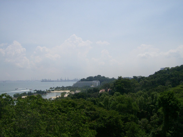 The buidling in the distance is Sentosa Island resort hotel... too expensive to stay there.