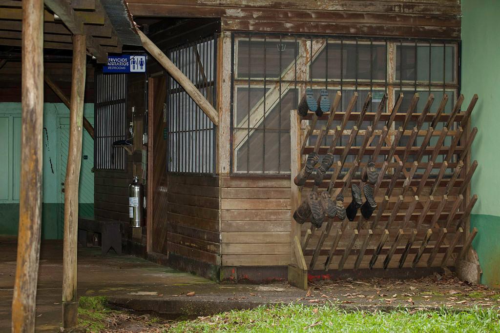 """<p><b><a href=""""http://ots.ac.cr/en/laselva/"""">OTS La Selva</a></b></p> <p>Am Rande eines Regenwald-Schutzgebietes gelegen. Unterkunft in einfachen aber zweckmässigen Hütten mit Dusche/WC. Vollpension mit 3 warmen Mahlzeiten, ganztägig Getränke, gute landesübliche Küche. Viele Studenten zu Forschungsaufgaben anwesend (OTS = Organization for Tropical Studies). Touristen werden freundlich integriert, überwiegend Amerikaner und Kanadier. Einnahmen unterstützen die Finanzierung der OTS. Sehr angenehme, akademische Atmosphäre. Im Schutzgebiet kein Autoverkehr, viele Trails durch den Wald, grosse Artenvielfalt. Sehr gute geführte Touren im Angebot (Vogelbeobachtung, Nachtwanderungen, …). Freies Wifi im Aufenthaltsbereich und nahe einigen Unterkünften. Waschmaschinen und Trockner vorhanden. Anfahrt per Bus möglich (2 km Fussweg ab Bushaltestelle OTS oder Taxi ab Puerto Viejo de Sarapiqui). Nicht unbedingt günstig aber eine absolute Empfehlung.</p><br>  <p>In und um Puerto Viejo gibt es etliche weitere Unterkünfte. Tagesbesuche in das Gebiet der OTS gegen Gebühr möglich, nicht aber die Teilnahme an den Mahlzeiten und an den sehr empfehlenswerten Nachtwanderungen.</p><br>  <i>Estation del Rio, La Selva.</i>"""