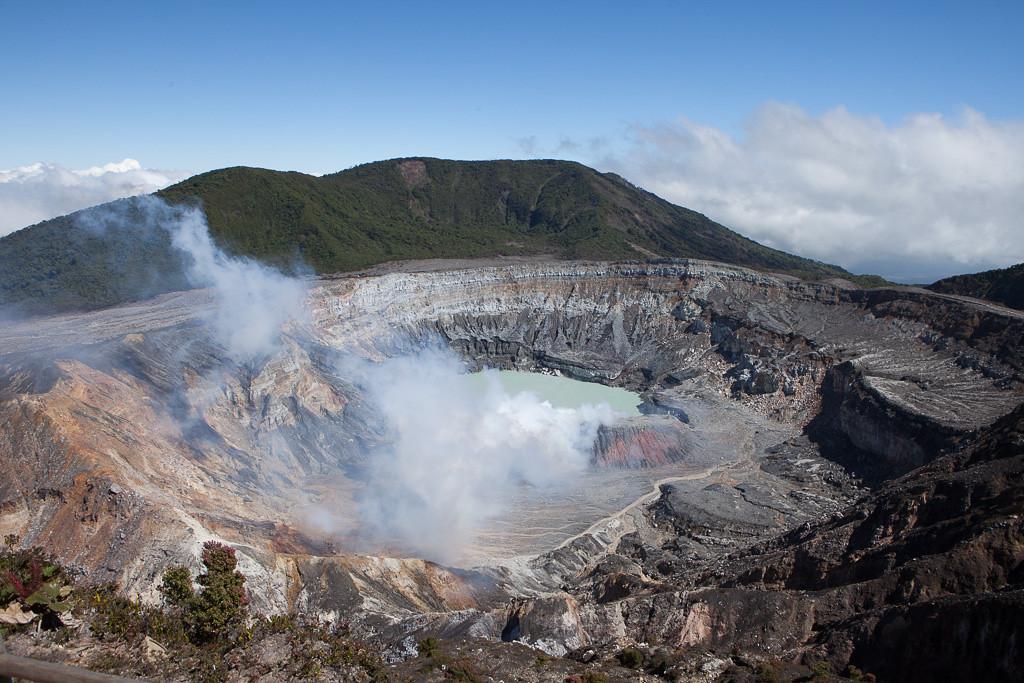 """<p><b>Volcan Poas</b></p> <p>Die Gegend um den Vulkan Poas ist ein guter erster Stopp auf der Reise, da sie in direkter Naehe zum Ankunftsort San Jose liegt und klimatisch Europaer vor keine wesentlichen Herausforderungen stellt. Abends wird es sogar regelrecht frisch.</p><br>  <p>Zum Vulkan sollte man früh morgens fahren, dann besteht die grösste Chance ihn ohne Wolken zu erleben. Im Park befinden sich einige schöne Wanderwege, für die man sich Zeit nehmen sollte. Der Blick in die Caldera vom Aussichtspunkt ist einzigartig (siehe Bild).</p><br>  <p>* <a href=""""http://www.poasvolcanolodge.com/"""">Poas Volcano Lodge</a></p> <p>Diese Lodge liegt in unmittelbarer Nähe zum Vulkan Poas. Durch die starke landwirtschaftliche Nutzung der Region ist der Tierreichtum leider gering, fuer Naturfreunde gibt es bessere Orte. Die Zimmer sind einfach aber sauber, es gibt freies Wifi, schöne Aufenthaltsräume und abends ein gutes Restaurant. Das Frühstück ist reichhaltig und gut. Bei der Anfahrt aufpassen, es gibt auch noch eine """"Poas Lodge"""" und eine """"Volcano Lodge"""" in der Nähe!</p><br>  <p>* <a href=""""http://www.waterfallgardens.com/"""">La Paz Waterfall Gardens</a></p> <p>In der Nähe zur Lodge gelegen. Einerseits eine teure Mischung von Tierpark und Landschaftspark voller Amerikaner, auf der anderen Seite wird ein sehenswerter Querschnitt durch die Tierwelt Costa Ricas geboten. Eher was fuer """"Expresstouristen"""".</p><br>  <i>Poas Volcano crater</i>"""