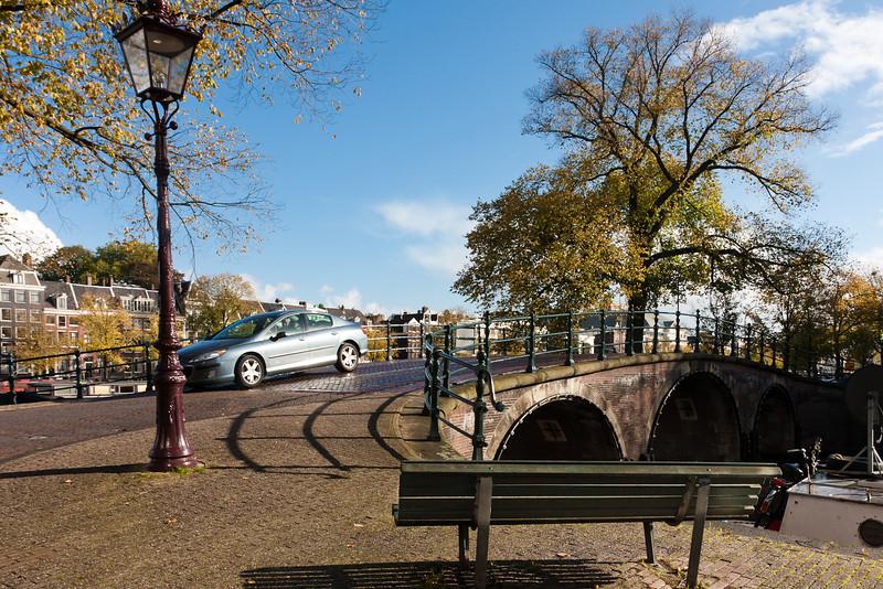 Auf einer Grachtenbrücke (Kaizersgracht)